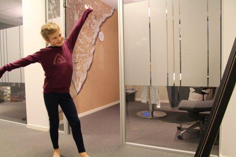 Frida Særvoll øver på dansetrinnene foran speilet på bakrommet.