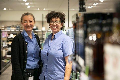 FORNØYD: Butikksjef Hilde Halvorsen og nestleder Stine Westlye er fornøyd med flyttingen av vinmonopolet Sola.