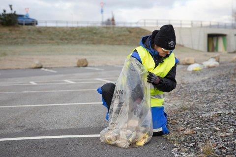 NEI TIL PLAST: Liane Bahman synes folk kaster for mye søppel i naturen og bruker for mye plast.  Vi burde hatt et plastforbud, mener hun.
