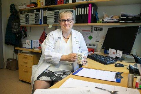 LEGEVISITT: Lege Eva Söderholm mener det er viktig å få en god avslutning for både pasienter og pårørende.