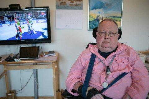 VINTERSPORT: Ole trives med å se vintersport på TV på rommet sitt.