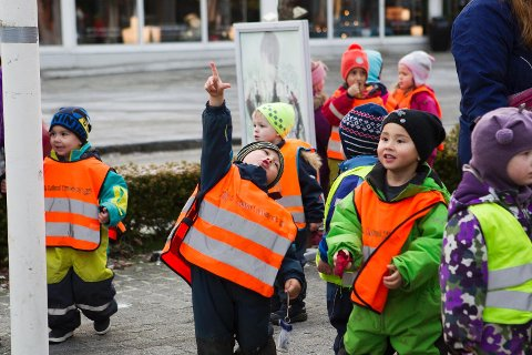 I fjor samlet mange barn seg i Sola sentrum for å pynte juletreet.