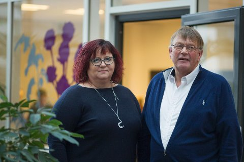 Siv-Len Strandskog (Ap) og Leiv Arild Lie (Sp) setter gladelig av 24 millioner kroner for tre produksjonskjøkken for sykehjemsmiddag.