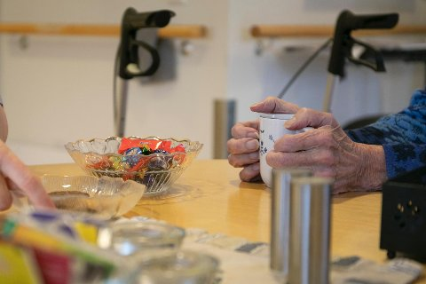 KAFFEKOS: Praten er viktig, og de ansatte setter seg ofte ned med en kopp kaffe og drøser med pasientene.
