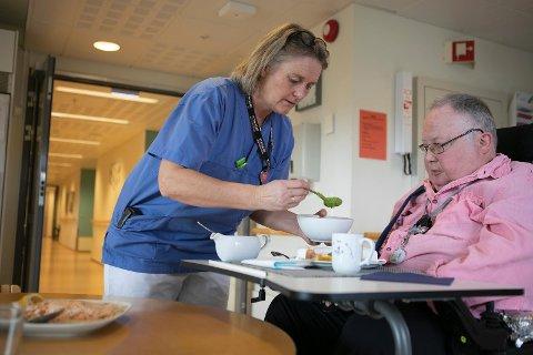MIDDAGSSERVERING: Hjelpepleier Marit Skogseth serverer Ole dagens middag. Laks med poteter og erterstuing. Middagen serveres alltid klokken 13.00 på Lindrende enhet på Sola sjukeheim, men ønsker pasientene å spise senere, får de det.