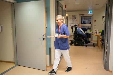 ROOMSERVICE: Kreftsykepleier Marianne Person går inn med mat på rommet til en av pasientene. Hun er for syk til å komme til bordet denne dagen.