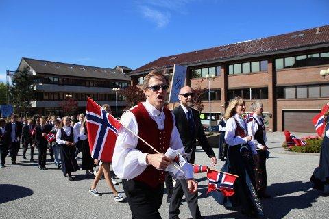 Inspektør og fotballegende Børre Meinseth på Sola ungdomsskole synger «Alt for Norge» av full hals under fjorårets 17. mai. Hvordan feiringen blir i år er fremdeles uvisst.