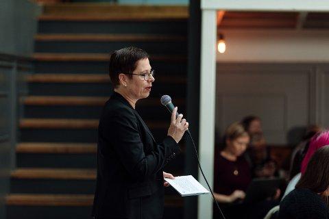 MÅ TA KRAFTTAK: Mari Velsand, direktør i Medietilsynet, sier det må et krafttak til for å øke den kritiske medieforståelsen hos eldre.