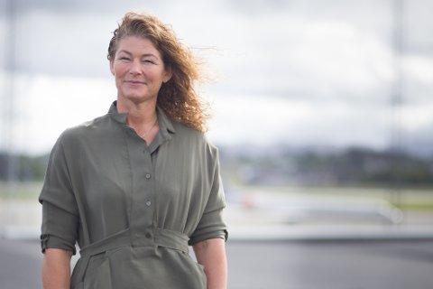 Anette Sigmundstad, lufthavndirektør på Stavanger lufthavn, Sola, forteller at flyplassen vil holde stengt til brannmannskapene er ferdig med slukningsarbeidet.