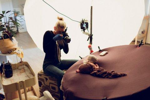 Det tok tid å bli trygg på nyfødt-fotografering, men nå lærer Nolin videre sin kunnskap.