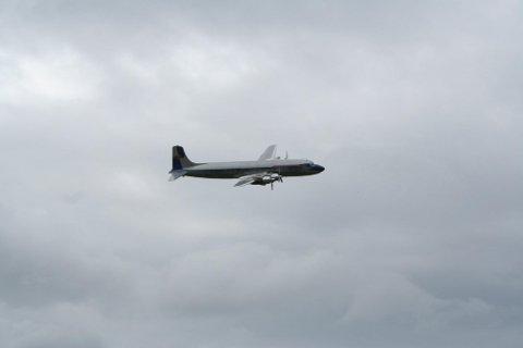 Slik ser en flyvende DC-6B ut. Dette eksemplaret var gjest under Sola Airshow 2012, og driftes av den østerrikske energidrikk-giganten Red Bull.