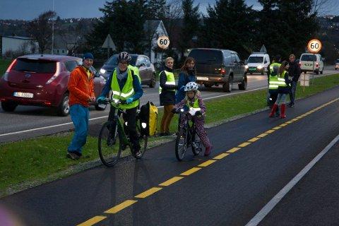 Årlig arrangerer FAU ved Grannes skole en sykkelaksjon hvor barna deler ut diplom som takk til syklister som viser hensyn. Selv om politiet er med på aksjonen er det likevel flere syklister som blir brydd og som vender barna en kald skulder. Dette bildet ble tatt under aksjonen i 2018.