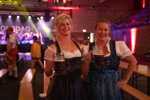 Anette Johannessen og Liv Bodil Skjervik synes det er gøy å pynte seg og synes oktoberfest-kostymene er fine. De var på oktoberfest for første gang.