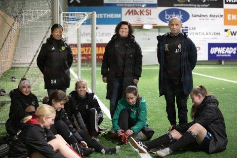 Stine Haugland (f.v.) fra Sola FK, Monica Hermansen fra Klepp IL og Jarl Roth fra Havdur søker flere unge kvinner som vil spille fotball.