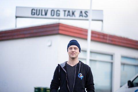 Adrian Myklebust er tredje generasjon som leder familiebedriften Gulv & Tak AS. Samtidig som de fyller 70 år, flytter de nå til Sandnes.