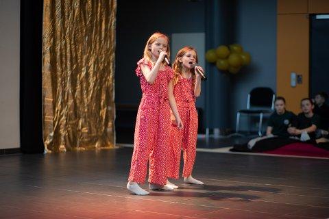 Frida Amdal Thorrud og Frida sjarmerte med sitt sanginnslag under årets Skadberg talenter.