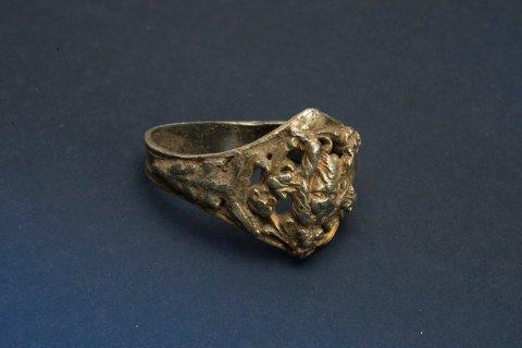 Ringen som ble funnet på Tjora dateres tilbake til årene 1400-1550.