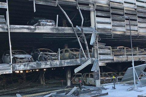 Drøyt 1300 biler sto parkert på flyplassen da brannen brøt ut for en måned siden. Hundrevis er totalskadet, men noen kunne reddes.