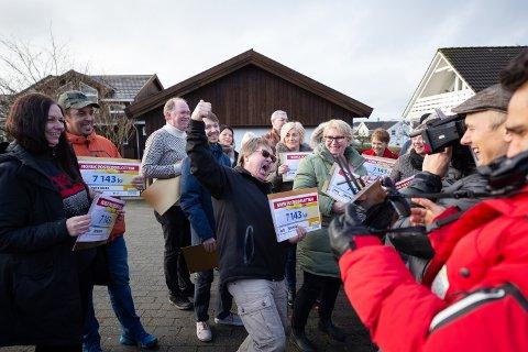 Rune Børjesson og 30 andre naboer på Røyneberg vant 7.143 kroner i Postkodelotteriet. De ble filmet mens de jublet over gevinsten. En heldig hovedvinner fikk en million kroner i tillegg, men han ville være anonym.