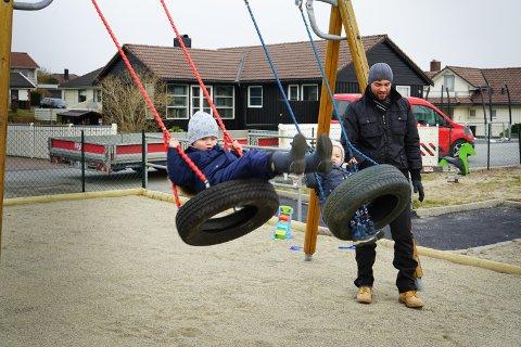 Liam (5) og Benjamin (2) er godt fornøyde med de nye dissene på lekeplassen over gata. Pappa Lars Risvold roser kommunen for å fikse opp plassen.