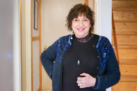 Monica E. Schiølde vil hedre de som gjør en ekstra innsats i disse tider og lager englesmykker (likt det hun selv har på) som hun vil gi bort til noen som fortjener det.