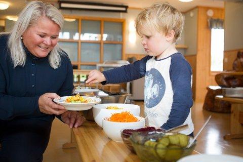 Bildet er fra 2018 og viser Lise Storevik Innvær i Hammaren barnehage sammen med Sebastian Fjellvang Fjell.