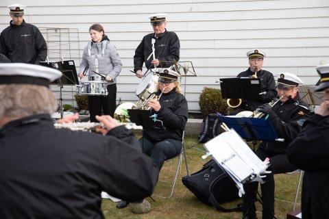 Jernbanens musikkorps øver i Cathrine Egelands (midten med walthorn) hage på Skadberg.