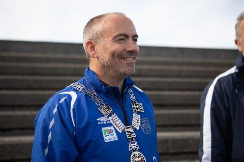 Ordfører Tom Henning Slethei fikk enstemmig støtte for sitt forslag om å gi Havørn den lånegarantien de trenger for å bygge ny hall. Bildet er tatt i forbindelse med overrekkelsen av pengegave fra SR-bank til Havørn fotball.