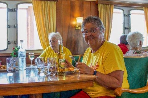 Anne Britt Egeland (t.h) og Livsglede for eldre ønsker seg flere benker i Sola sentrum. Her er hun på et av foreningens arrangementer tidligere i sommer.