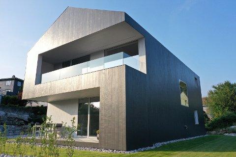 Skutevegen 8 er ett av åtte moderne hus som til sammen skal bli et helt unikt boligfelt på Tananger. Nå er huset til salgs for 7.166.092 kroner.