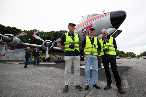 Helge Nyhus, Ole Johan Berg og Egil Endresen er glade for bevilgningen. Her fra DC-6ens ankomst i fjor.