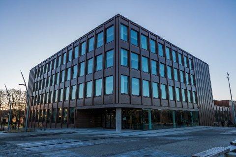 Konsulenter er hyret inn for å undersøke støyskjermingen på rådhuset.