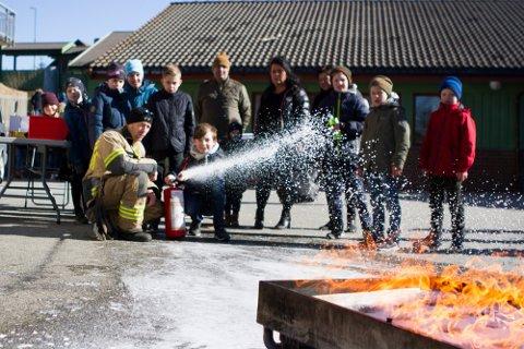Under Vårløysinga 2018 fikk barna prøve seg på brannslukking. I utgangspunktet skulle det rigges til aktiviteter på Dysjaland igjen i vår, men på grunn av korona er arrangementet avlyst.