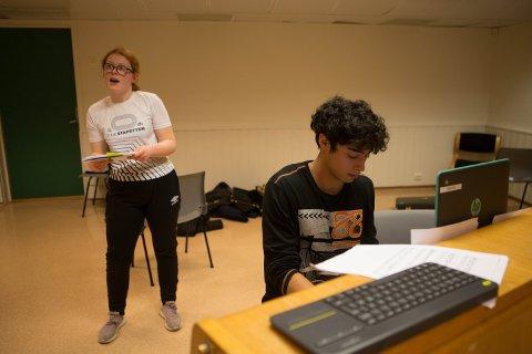Marta Halsnø og pianist Alejandro Antonio Dybesland gjør seg klare til forestilling.