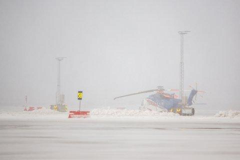 Slik så det ut utenfor helikopterterminalen tirsdag morgen. Onsdag er det ikke like ille, men helikoptertrafikken står likefullt.