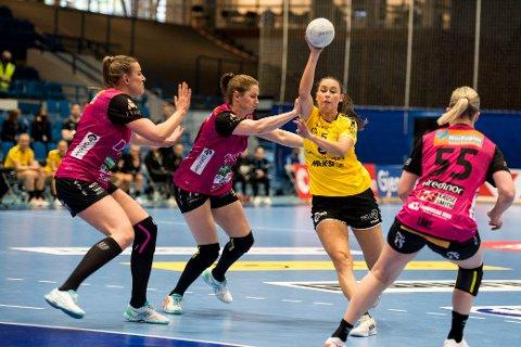 Solas Malin Holta i aksjon under NM-finalen i håndball for kvinner mellom Sola og Vipers i Stavanger idrettshall.