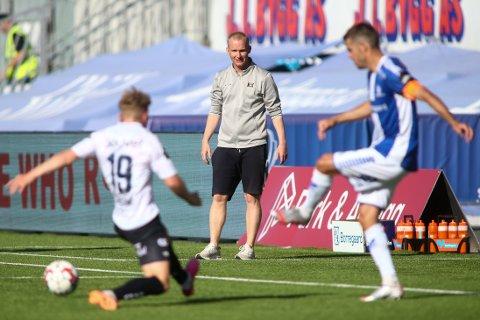 Viking-trener Morten Jensen ser medsolabu Sebastian Sebulonsen (nr. 19) i aksjon under eliteseriekampen i fotball mellom Sarpsborg 08 og Viking på Sarpsborg stadion.