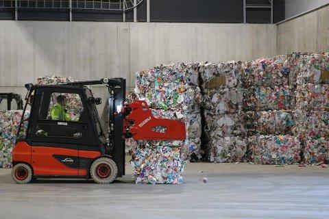 SORTERING: Sorteringsanlegget på Forus fører til mer resirkulering, noe som sparer miljøet for 33.000 tonn klimaskadelige utslipp årlig. Strand kommune leverer avfall til anlegget. Foto: IVAR