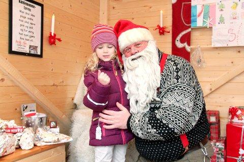 Jasmin Solmunde har levert mange julepresanger som nissen skal ta med til de som ikke har så mye, og får selvsagt gode klemmer av julenissen.