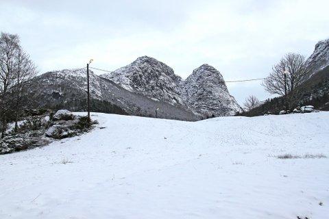 Det er snø i indre strøk. Ved Foreneset ovenfor Jørpeland var det akebrettføre tidligere i uka.