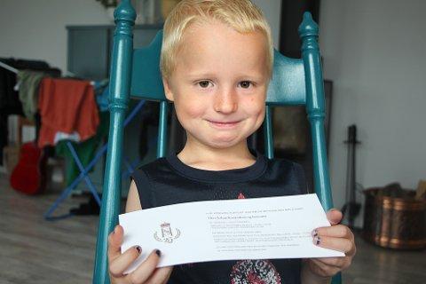– Kongen er grei og jeg gleder meg til å treffe ham, sier fem år gamle Theo Johan Konradsen fra Bjørheimsbygd. Her med invitasjonen fra Slottet.