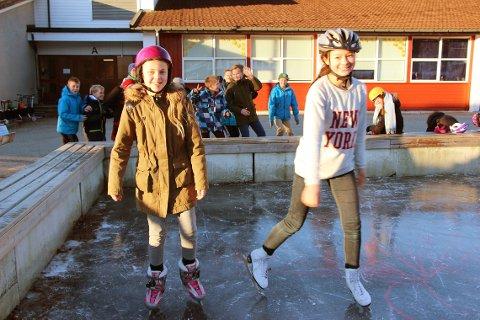 Catharina Strømsmo (til høyre) og Mina Maria Jøssang var først ut på isen.