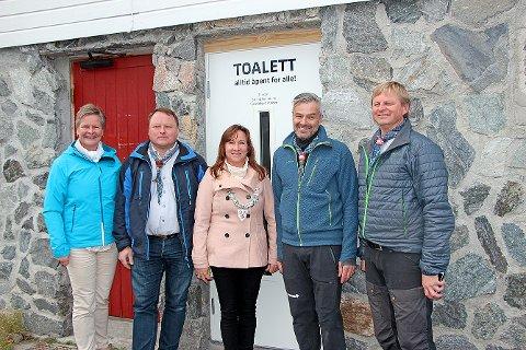 De gleder seg over toalettilbudet. Fra venstre Inger Tone Ødegård fra Gjensidigestiftelsen, byggmester Arvid Langeland, ordfører Irene Heng Lauvsnes, prosjektleder Trond Haugland og daglig leder i Vesterlen Speiderkrets, Ivar Anton Nøttestad.
