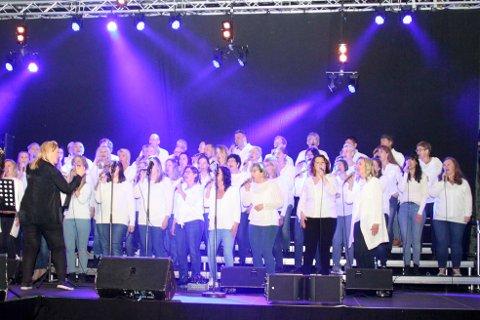 Tyve av sangerne i Kornelius skal være med å kore for Wenche Myhre under jubileumsforestillingen «Wenche 70 år – Turneen». (Arkivfoto)