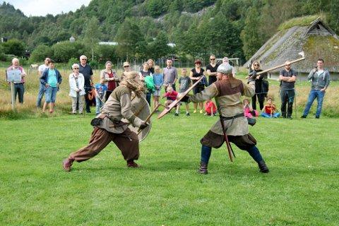 Besøkande på vikingfestivalen på Landa kan få oppleva kamp mellom vikingar både laurdag og sundag. (Arkivfoto: Linda Tungland)