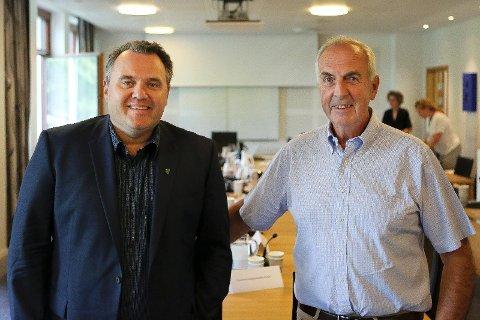 FEKK LOV: Bjarte S. Dagestad (til venstre) og Stanley Wirak får Stortinget si velsigning til å slå seg saman, slik kommunestyra i Forsand og Sandnes også ønskjer.