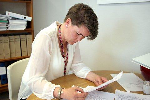 Økonomisjef Hanne Karin Fjelde Krog studerer tallene som viser at Strand kommune ligger an til å få 16 millioner mer i skatteinntekter enn budsjettert.