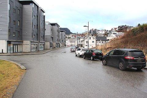 Flere av disse bilene står nærmere krysset enn fem meter og dermed ulovlig. Nå ber politiet om at folk overholder parkeringsreglene.