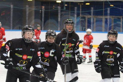 Ta'Ziyah Cristobel Garsjø (nr. 3 f.v.) drømmer om å spille ishockey i USA.
