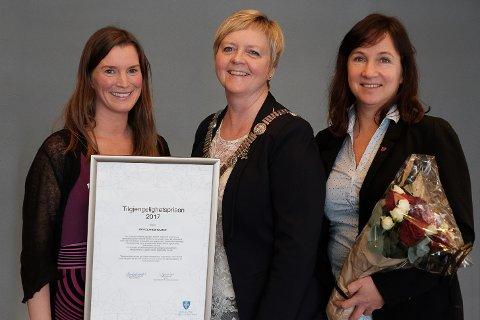 Fylkesordførar Solveig Ege Tengesdal (i midten) delte i dag ut Tilgjengelighetsprisen 2017 til Strand kommune ved Anita Ellefsen Hus (til venstre) og Irene Heng Lauvsnes.